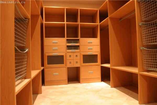 Гардеробная комната: фото со стационарными отсеками