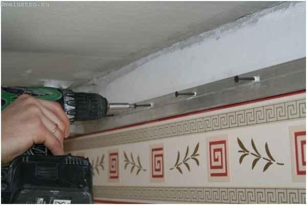 Монтируем багет для натяжных потолков