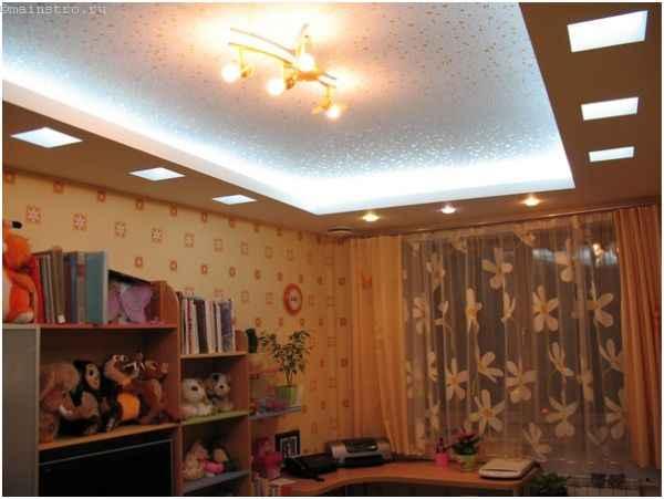 Освещенный парящий натяжной потолок в детской