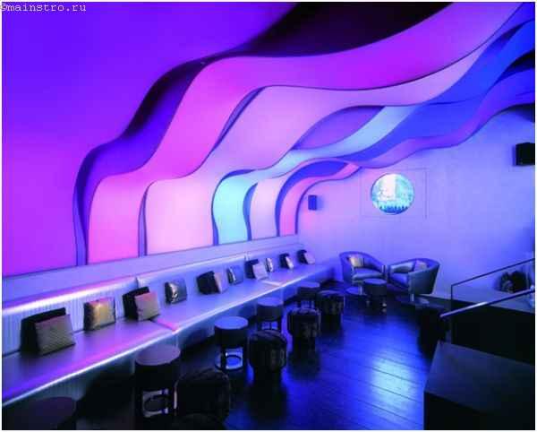 На фото разноцветный парящий натяжной потолок с подсветкой