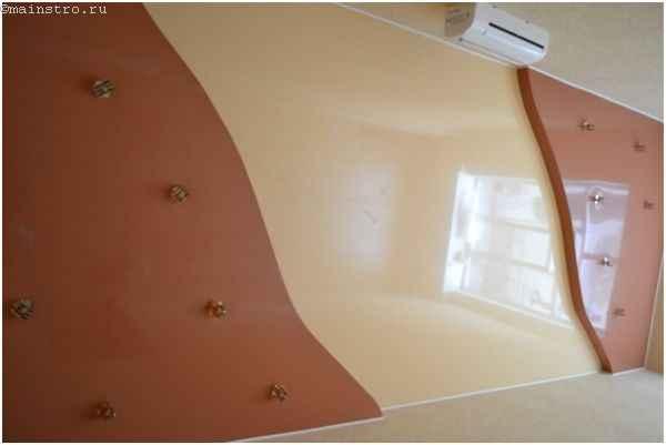 Пленочный натяжной потолок с точечными светильниками