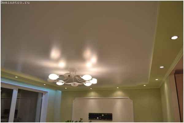 На фото красиво установленный натяжной потолок