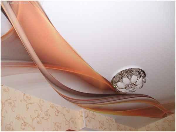 На фото натяжной потолок, установленный в помещении в Москве
