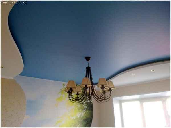 На фото сатиновый натяжной потолок с люстрой