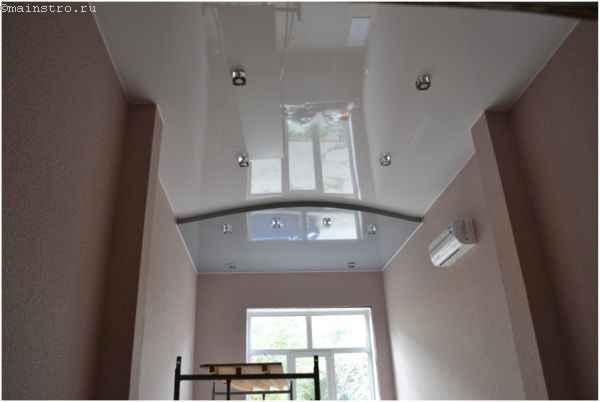 Как выбрать натяжной потолок для холла - фото глянцевого покрытия в два уровня