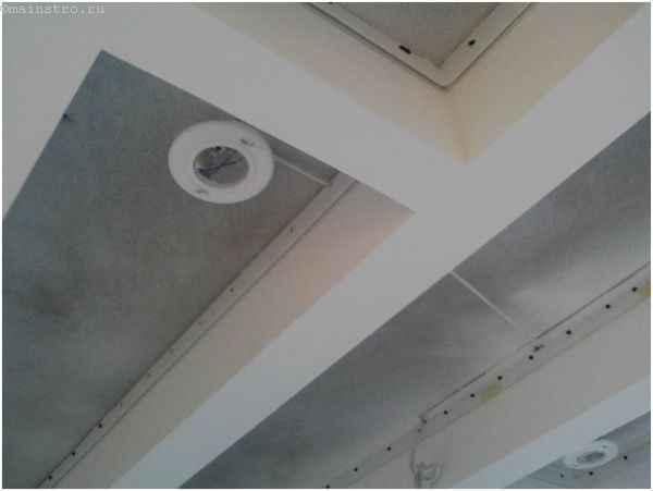 Сначала клеить обои или натягивать потолок