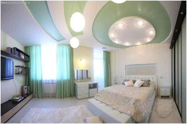 Натяжные потолки оригинальной формы и цвета - фото в спальне