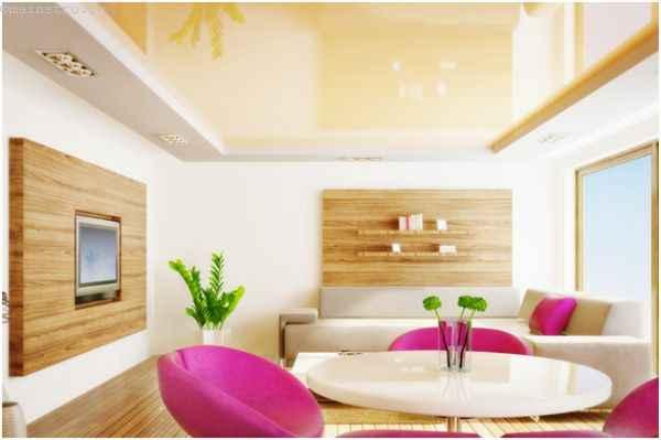 Глянцевые натяжные потолки - фото гостиной