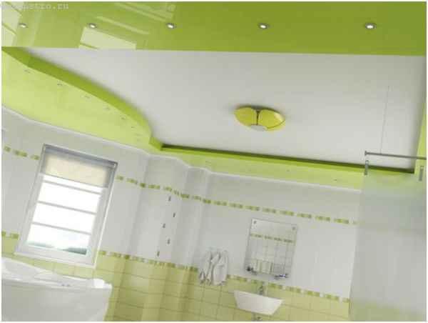 Матовые и глянцевые натяжные потолки в ванной