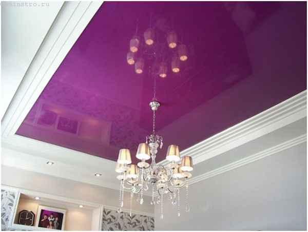 Зеркальные натяжные потолки с подвесной люстрой