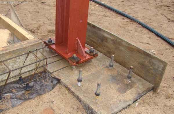 Фундаментный болт - фото на строительном объекте