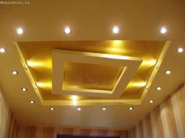Многоуровневый тканевый натяжной потолок с точечными светильниками