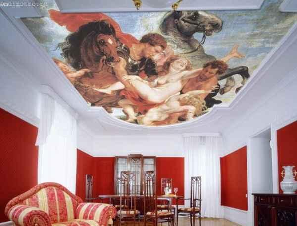На фото тканевый натяжной потолок с фотопечатью в античном стиле