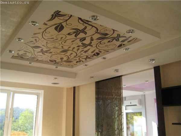 На фото многоуровневый тканевый натяжной потолок с фотопечатью