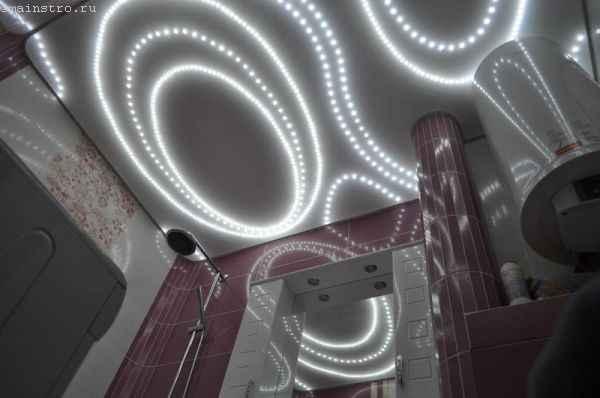Тканевый натяжной потолок  с подсветкой - фото в ванной