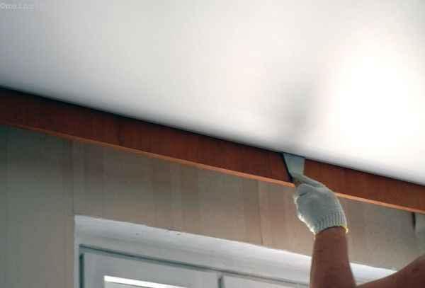 Заправляем натяжной потолок  в багет