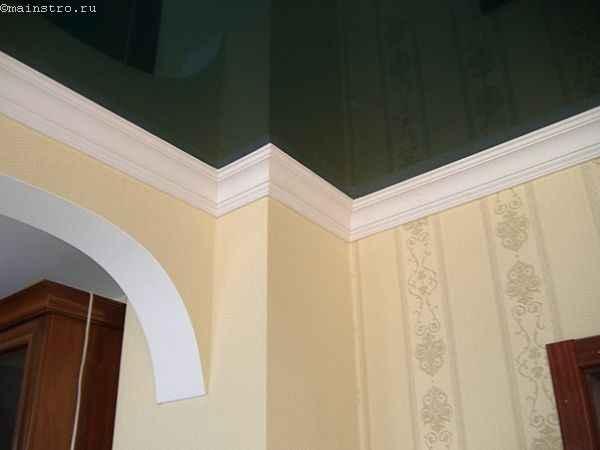Белый плинтус для черного глянцевого натяжного потолка (галтель)