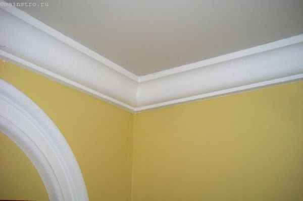 Белый широкий плинтус для тканевого натяжного потолка