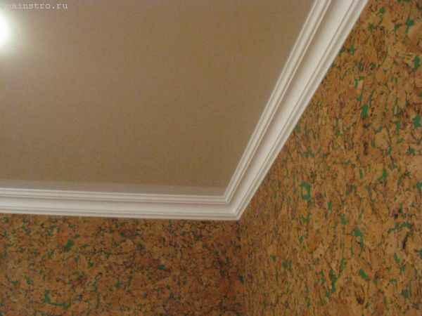 Пластиковый плинтус для натяжного потолка - фото