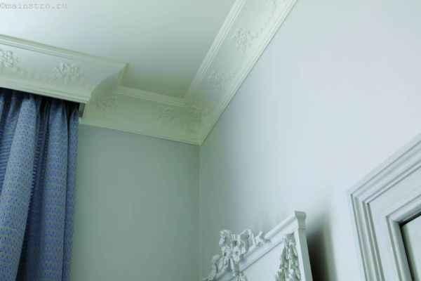 На фото пластиковая галтель для натяжного потолка