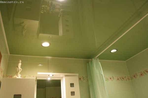 На фото натяжной потолок в ванной с декоративной лентой для багета