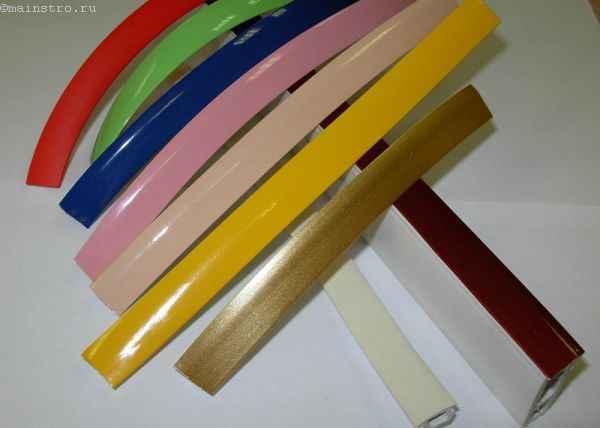 На фото комплектующие для натяжного потолка: цветная маскировочная лента