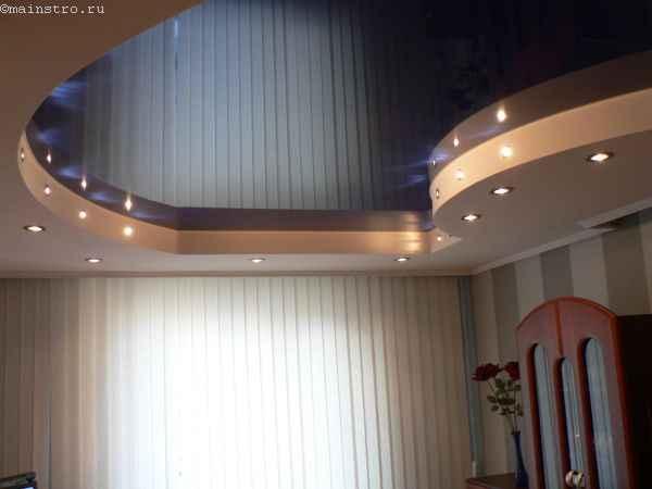 Глянцевый натяжной потолок со светильниками