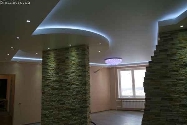 Современный натяжной потолок со светодиодной подсветкой и точечными светильниками