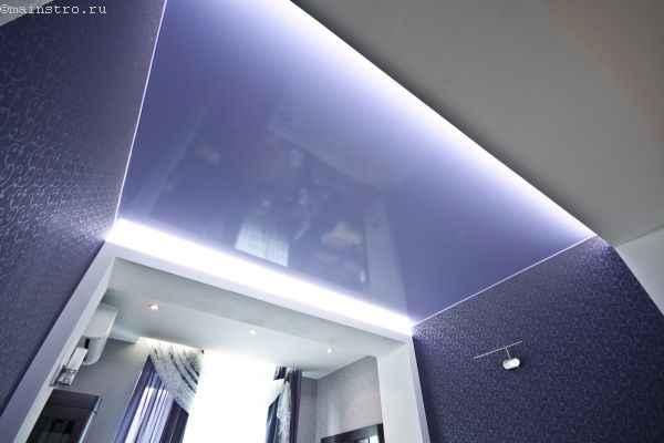 Натяжной потолок со светодиодной закарнизной подсветкой