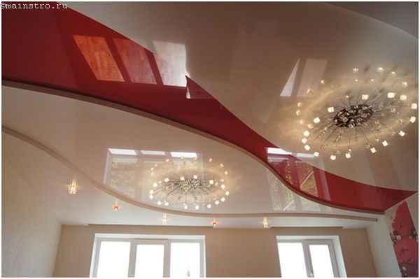 Оригинальный натяжной потолок в несколько уровней с люстрами