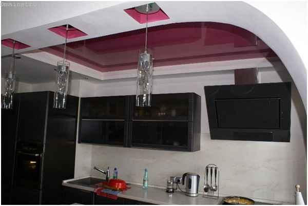 ПВХ натяжной потолок в виде арки на кухне со светильниками