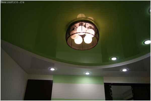 Пленочный натяжной потолок в два уровня с люстрой
