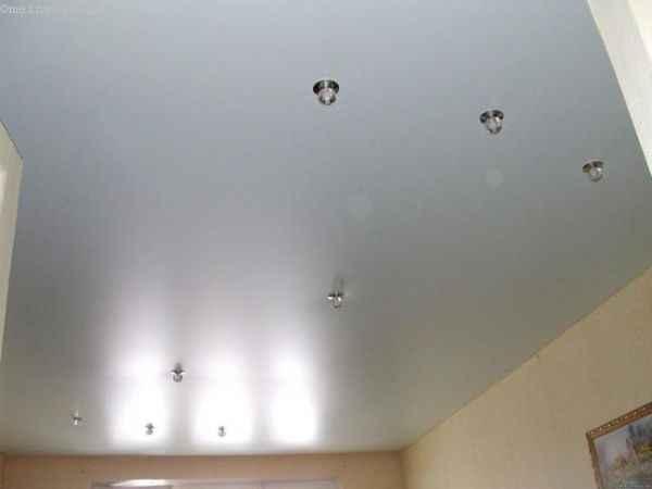 Сатиновые натяжные потолки фото со светильниками