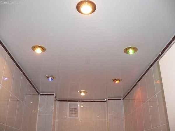 Натяжные потолки в ванной с точечными светильниками