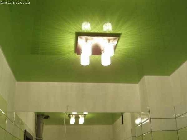 Натяжные потолки в ванной с люстрой по центру