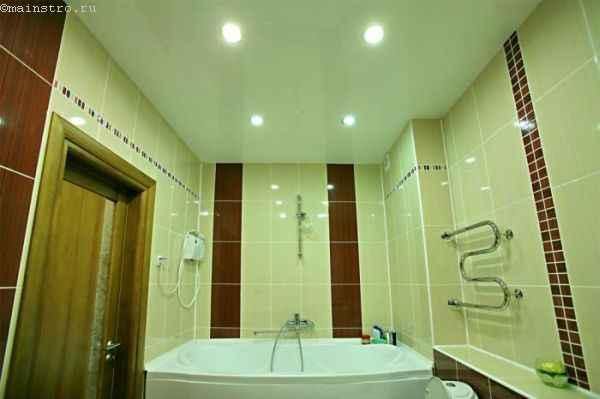 Глянцевые натяжные потолки в ванной фото
