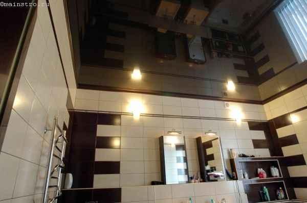 Черные натяжные потолки в просторной ванной фото