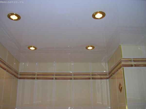 Классический натяжной потолок в ванной фото