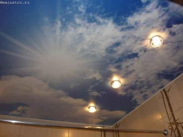 Натяжные потолки в ванной фотопечатью облаков