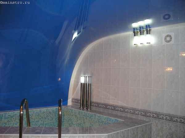 Криволинейные натяжные потолки в ванной