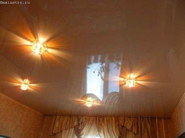Зеркальные натяжные потолки с точечными светильниками