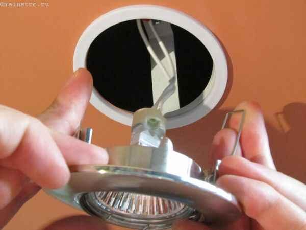 Установка натяжных потолков: крепление светильника