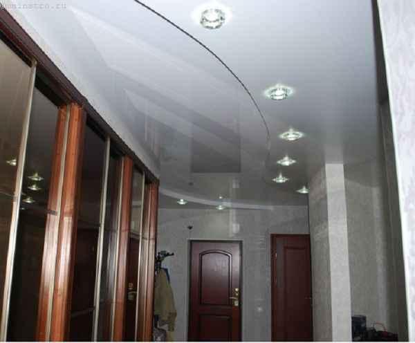 Волнистый натяжной потолок с подсветкой