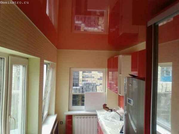 Красные одноуровневые натяжные потолки на кухне
