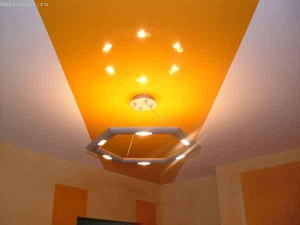 Одноуровневые натяжные потолки с подвесной люстрой