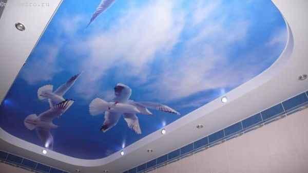 Фото: натяжные потолки «небо с облаками» в ванной