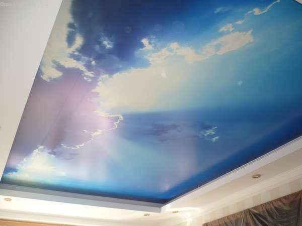Натяжные потолки «небо с облаками» - фото с карнизом
