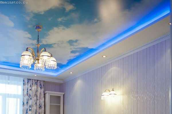 Фото натяжного потолка «небо с облаками» с неоновой подсветкой