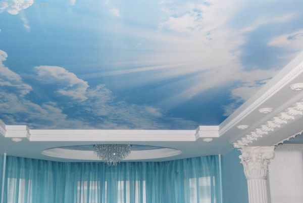 Матовые натяжные потолки «небо с облаками» с люстрой