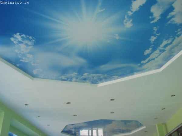 Фото зеркальных натяжных потолков «небо с облаками»